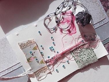 Art Journal Seite mit textilem Zubehör und Perlchen