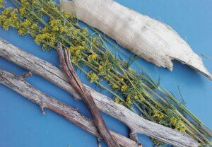 Gesammeltes Holz und Labkraut